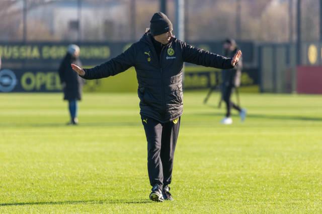 Lucien Favre streckt die Arme nach Außen beim BVB Training