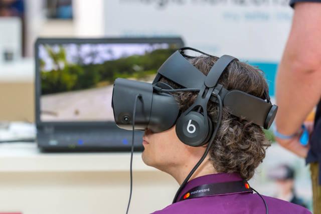 Besucher mit Virtual-Reality-Headset beim Start-Up Event Bits & Pretzels 2019
