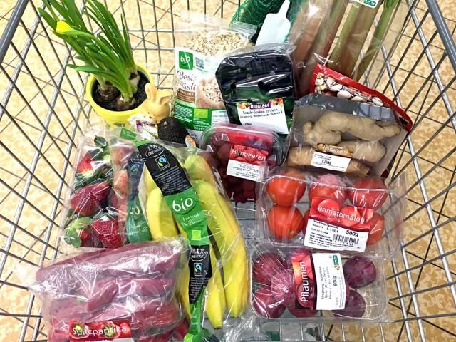 Einkaufswagen in ALDI: Gesunder Einkauf mit Obst und Gemüse