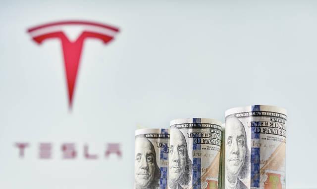 Tesla stock sinks as market gains
