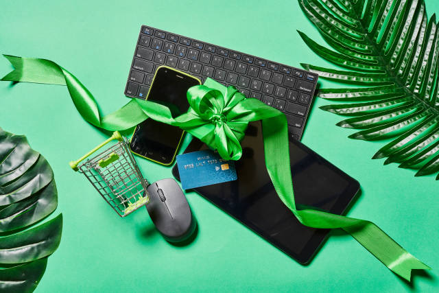 Online shopping with summer gifts