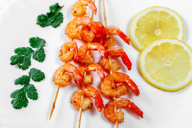 Close-up of grilled shrimp with lemon slices