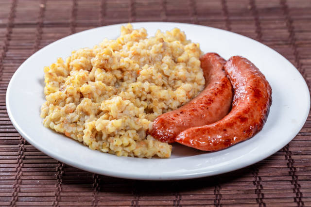 Wheat porridge with fried sausages