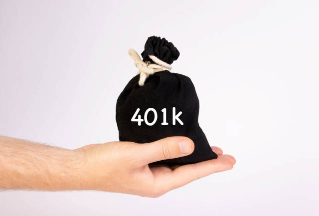 Hand holding money bag with 401k text