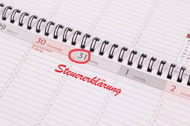Steuererklärung text written on the calendar