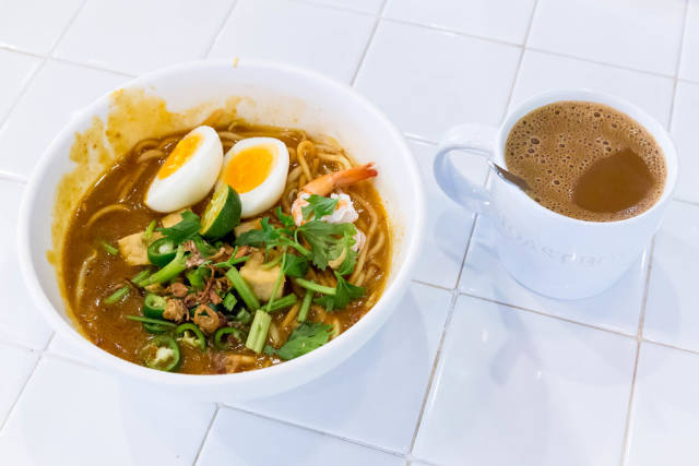 Kopi-Kaffee und Suppe im Food Republic Singapur