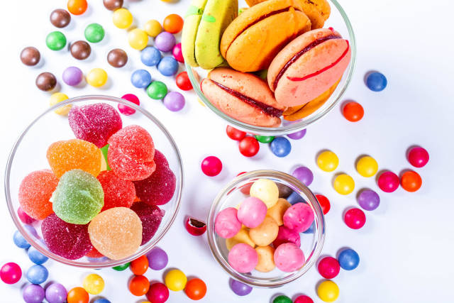 The different colored jelly, jelly and chocolates with cookies macaroons