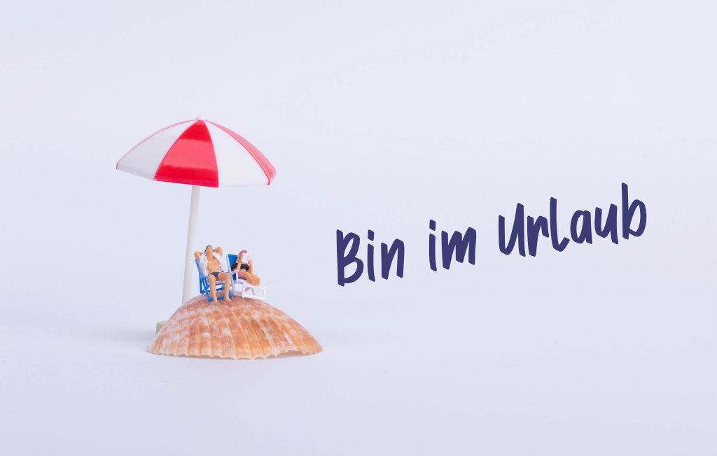 Couple sitting in deck chairs on sea shell with Bin im Urlaub text