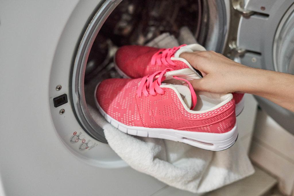 Turnschuhe in die Waschmaschine