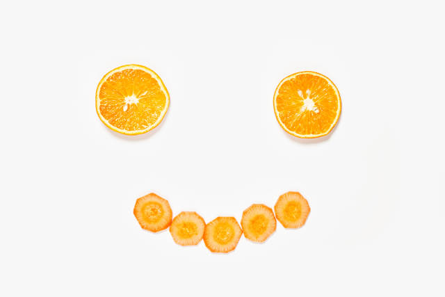 A cute smiling face made with apelsin and carrot slices