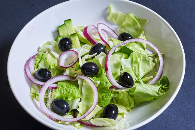 Green salad with onion and black olives