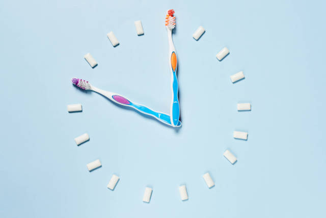 Toothbrushes and chewing gums making a clock