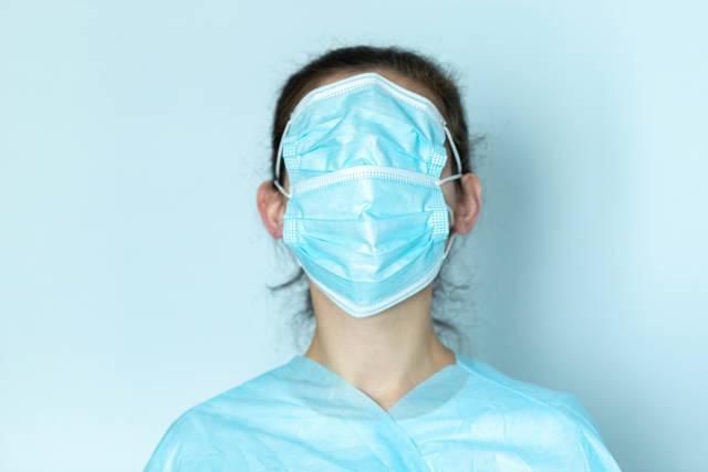 Frau trägt Schutzmaske über ihrem Gesicht