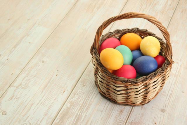 bunte Eier im Körbchen