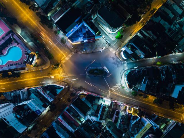 Drohnenaufnahme in der Vogelperspektive vom Phu Dong Kreisverkehr im Stadtzentrum von Ho Chi Minh Stadt, Vietnam
