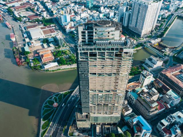 Luftaufnahme vom unvollendeten Hochhaus Saigon One am Saigon Fluss neben dem Thu Ngu Flaggenmast und gegenüber des Ho Chi Minh Museum in Ho Chi Minh Stadt, Vietnam