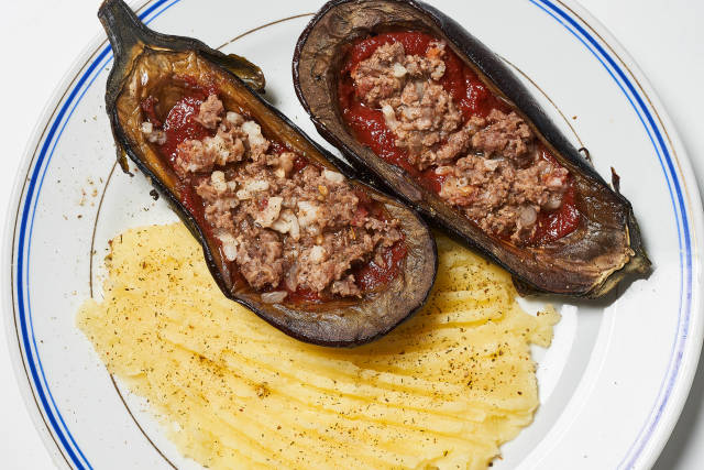 Stuffed with minced meat eggplant - delicious healthy lunch