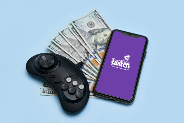 Young gamers monetizing esports content on Twitch