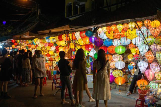 Straßenstände verkaufen viele verschiedene Lampions in vielen Farben auf dem Nachtmarkt in Hoi An, Vietnam
