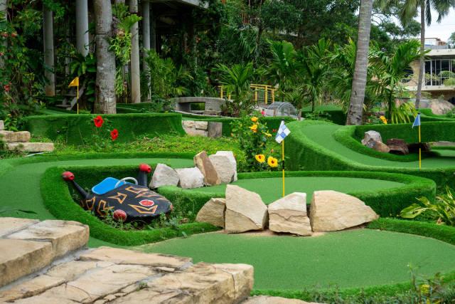 Verschiedene Minigolf Bahnen mit vielen Pflanzen und anderen Dekorationen bei Rorys Beach Club auf der Insel Phu Quoc, Vietnam