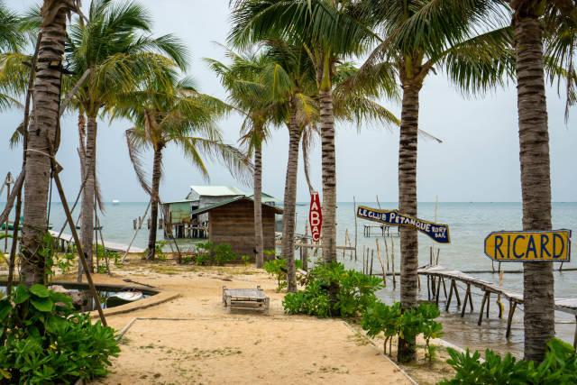 Sandstrand neben einem Naturschwimmbecken umgeben von Palmen bei Rorys Beach Club in Phu Quoc, Vietnam
