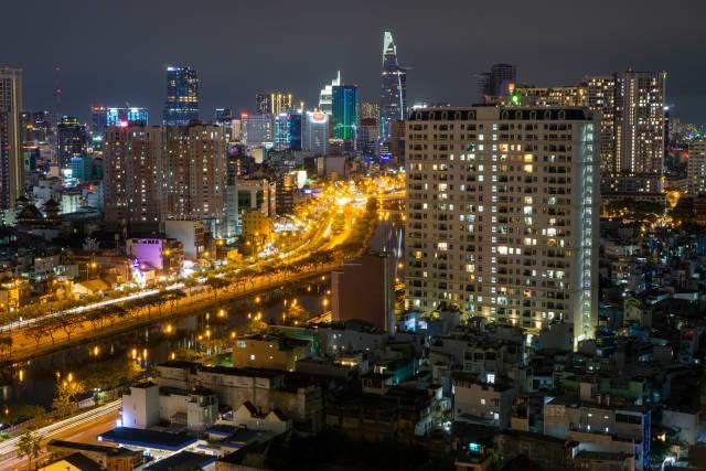 Nachtaufnahme von Ho Chi Minh Stadt Bitexco Financial Tower in Distrikt 1 und Saigon River Langzeitbelichtung