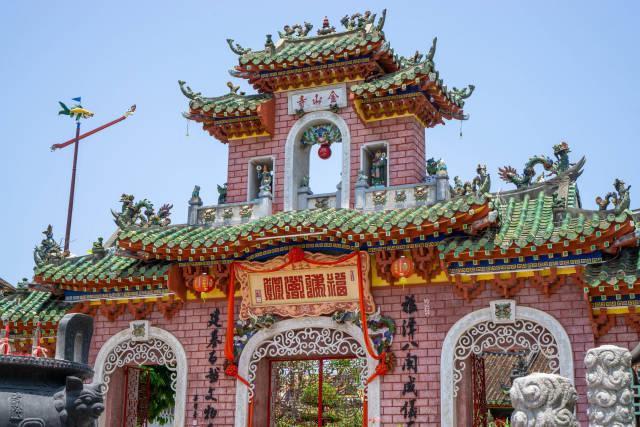 Steintor der Fujian-Versammlungshalle und Phuc Kien Pagode mit vielen Verzierungen, Laternen und Statuen in der Altstadt von Hoi An, Vietnam