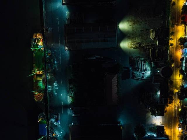 Drohnenaufnahme vom Khanh Hoi Nha Rong Umschlag-Hafen mit Transport Schiffen bei Nacht in Ho Chi Minh Stadt, Vietnam