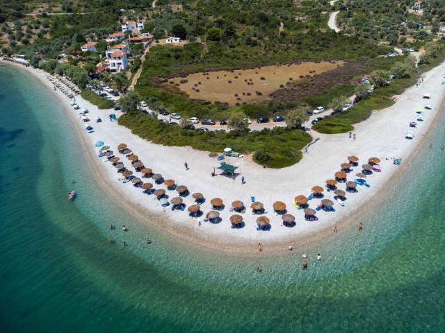 Sommerurlaub 2021 in Griechenland: Abstand und Erholung am Strand. Luftbild von Agios Dimitrios