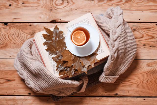 gemütlicher Herbstabend mit Tee