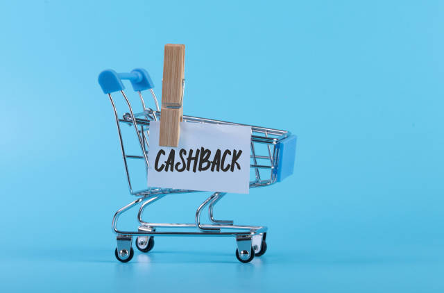 Shopping cart with a note with Cashback text